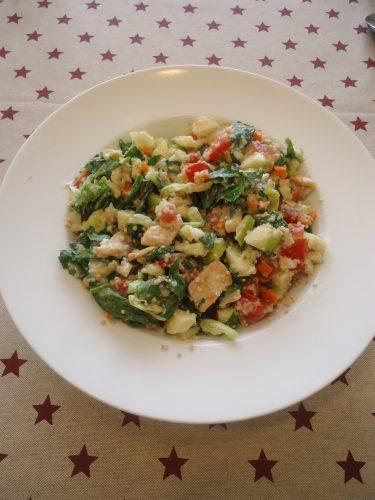 ensalada-de-pollo-quinoa-y-muchas-verduras-1