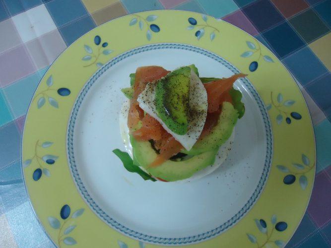 montadito-de-queso-aguacate-y-salmon-ahumado-3