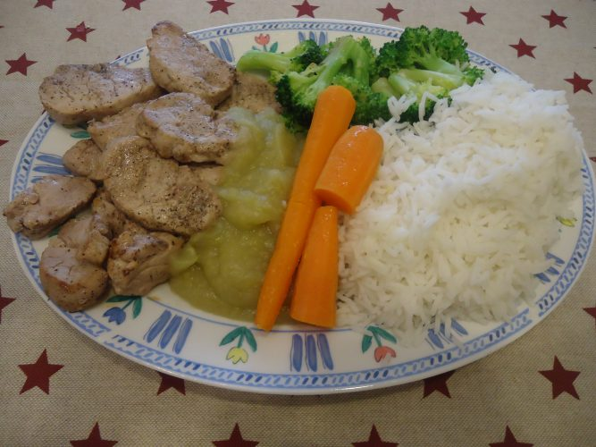 cerdo-con-salsa-de-manzana-zanahorias-arroz-y-verduras-3